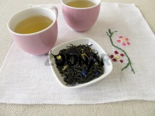 Gruener Tee mit Blueten