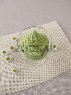 Eis mit Matcha Gruentee im Dessertglas