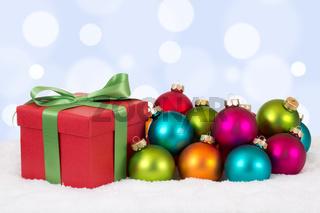 Weihnachtsgeschenke Geschenke an Weihnachten mit bunten Weihnachtskugeln