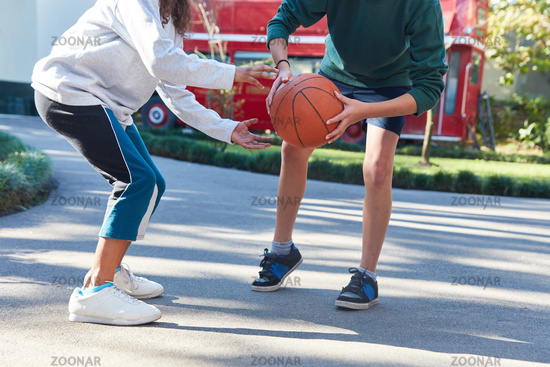 Kinder spielen Basketball im Ferienlager