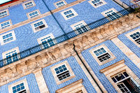 Nahaufnahme einer historischen Gebäudefassade in Porto´s Altstadt mit den typischen, blauen Azulejo-Keramikfliesen