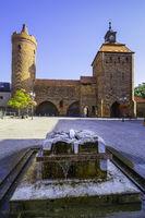 Brunnen vor Hungerturm und Steintor Bernau, Brandenburg, Deutschland