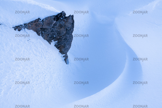 Fels im Schnee, Hasvik, Soeroeya, Finnmark