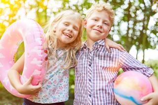 Geschwister zusammen im Sommerurlaub