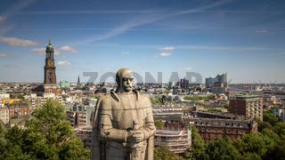 Luftaufnahme von einem Denkmal in Hamburg mit Elbphilharmonie und Kirche im Hintergrund