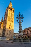 Der Giralda Glockenturm bei erstem Sonnenschein, Sevilla, Andalusien, Spanien, Europa