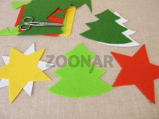 Selbst gemachte Weihnachtssterne und Tannenbäume aus Filz