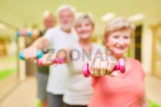 Gruppe Senioren beim Krafttraining mit Kurzhanteln