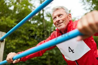 Senior Mann macht eine Fitness Übung