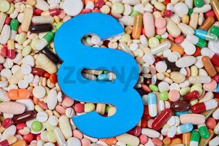 Medizinrecht Konzept mit Paragraph auf Medikamenten