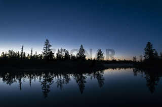 Sommernacht an einem Fluss, Lappland, Schweden