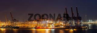 Panorama eines Containerterminals im Hafen von Hamburg bei Nacht