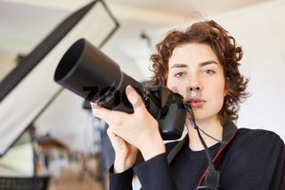 Fotostudentin oder Fotografin mit digitaler Kamera