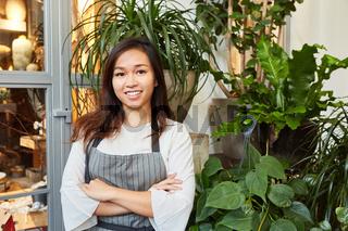 Junge asiatische Frau als Floristin in der Ausbildung