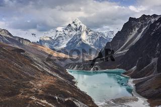 Gletschersee vor dem Berg Ama Dablam