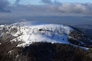 Schneebedeckter Belchen im Südschwarzwald mit Belchenhaus