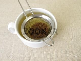 Kümmeltee, Tee aus Kümmel im Teesieb
