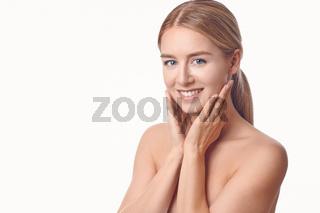 Hübsche junge Frau lächelt in die Kamera