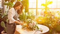 Floristin bindet Blumenstrauß auf Bestellung