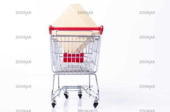 Karton im Einkaufswagen