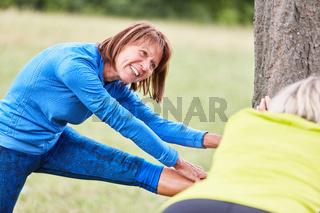Senior Frau beim Stretching zum Aufwärmen
