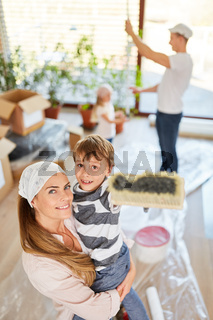 Familie bei Renovierung vor Umzug ins Haus