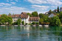 Historische Häuser am Rheinufer in Schaffhausen