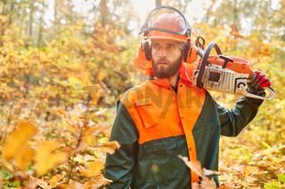 Waldarbeiter als Holzfäller mit Motorsäge