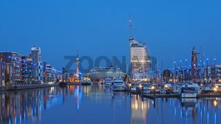 Stadtbild von Bremerhaven, Deutschland,  mit dem Neuen Hafen zur Blauen Stunde