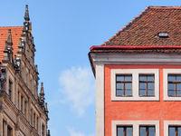 Fassaden historischer Häuser mit Rathaus in der Altstadt von Görlitz, Sachsen, Deutschland