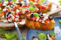 Bruschetta mit Feta und Oliven
