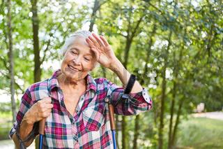 Erschöpfte sportliche Seniorin im Aktivurlaub