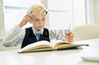 Kind verkleidet als Geschäftsmann oder Controller
