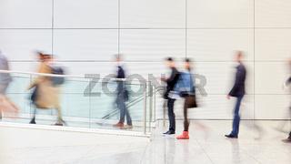 Geschäftsleute gehen aus Business Büro zum Feierabend