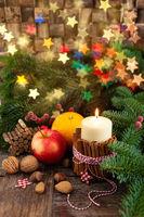 Kerze mit rustikaler Dekoration zu Weihnachten