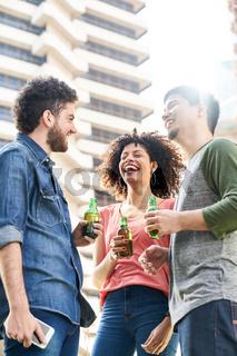 Freunde trinken Bier auf Hausdach in Stadt