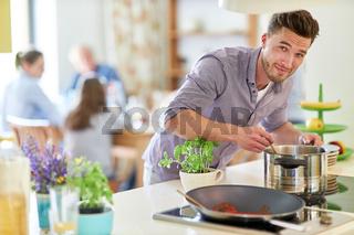 Mann als Hausmann und Hobbykoch beim kochen