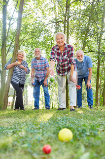 Gruppe Senioren beim Boccia oder Boule spielen