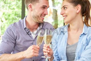 Junges Paar trinkt einen Sekt zusammen