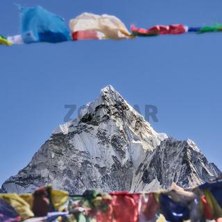 Gipfel des Ama Dablam mit Gebetsfahnen in Nepal