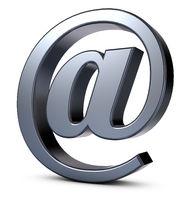 emailsymbol aus metall auf weißem hintergrund - 3d rendering