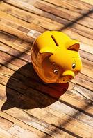 Gelbes Sparschwein mit Schatten