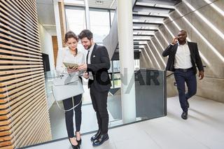 Zwei Geschäftsleute mit einem Tablet Computer