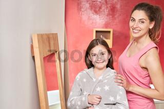 Mutter mit ihrer Tochter im Badezimmer