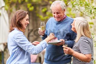 Familie feiert Geburtstag vom Großvater im Garten