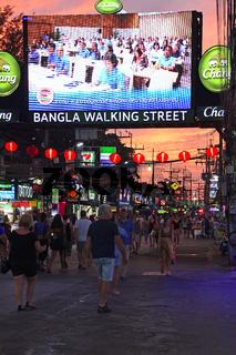 Touristen zwischen Bars, Geschäften und Restaurants auf der Bang