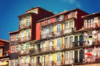 Historische Häuserfassade in der Altstadt Foz Velha von Porto am Ufer des Douro-Flusses