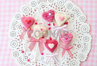 Kleine Cake Pops in Herzform