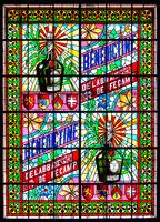 Glasfenster mit farbenfroher Darstellung des berühmten Bénédictine-Likörs im Palais Bénédictine in Fécamp
