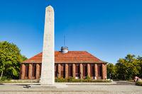 Obelisk vor ehemaligem Klubhaus der Eisenbahner, Kirchmšoeser, Brandenburg, Deutschland